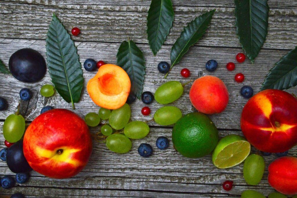 Na odporność owoce - wionogrona nektarynki, śliwki i limonki